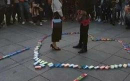 Nam thanh niên xếp hình bằng 999 gói bao cao su cầu hôn bạn gái và cái kết sốc tận não