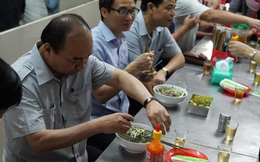 Clip Thủ tướng ăn phở, uống cà phê đá Sài Gòn