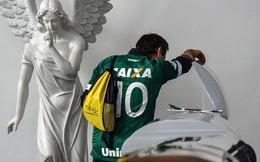 Hình ảnh đầy đau xót trong nhà tang lễ nơi đặt thi hài 19 cầu thủ Chapecoense xấu số