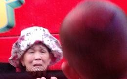 Bức ảnh bà ngoại và cháu khiến con gái lấy chồng xa phải bật khóc