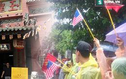 Người dân TP HCM đội mưa đứng chờ TT Obama trước chùa Ngọc Hoàng