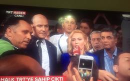 Quân đảo chính cầm súng ập vào trụ sở sau khi đài truyền hình phát thông điệp TT Erdogan