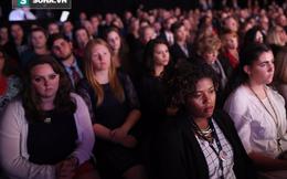 """Không tin nổi đây là cách khán giả """"thưởng thức"""" màn tranh luận phó tướng Trump-Clinton"""