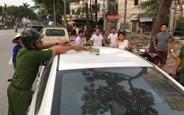 Hà Nội: Xe ô tô 4 chỗ đang đi bất ngờ bị thanh sắt rơi trúng nóc, nhiều người hoảng sợ
