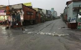 Đường sắt, đường bộ ở Sài Gòn chìm trong biển nước sau trận mưa lớn