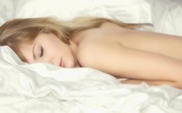"""Ngủ khỏa thân: """"Vị thuốc"""" dễ tìm và dễ làm nhất cho """"chuyện ấy"""" và sức khỏe"""