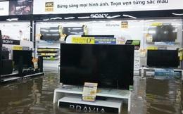 """Mưa lớn ở Sài Gòn, nước tràn vào siêu thị điện máy khiến nhân viên chạy """"tá hỏa"""""""