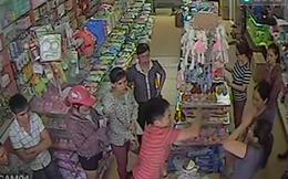 Video ghi lại toàn bộ vụ ông bố bị bắt vì đập sữa trước siêu thị
