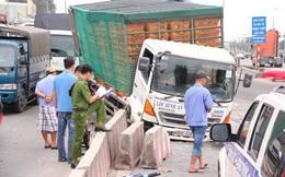 Lái xe máy hoảng loạn tự té ngã khi chứng kiến tai nạn giữa 2 xe tải