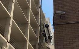 Rùng mình chứng kiến cảnh ô tô mất lái bay ra ngoài từ tầng 9 của tòa nhà cao tầng