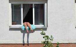Cô gái thường xuyên mặc bikini tắm nắng trên bậu cửa sổ khiến hàng xóm nóng mắt