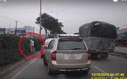 Đang đi bỗng dừng xe, 2 người đàn ông khiến cả đường kinh ngạc