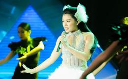 Quán quân Sao Mai Thu Hằng mặc gợi cảm khi hát trên truyền hình
