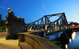 Lịch sử tình báo viết trên cây cầu qua hai chiến tuyến