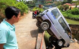Tránh xe máy khi vào cua, xe du lịch lao thẳng xuống vực