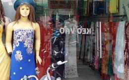 Dân vây cô gái đi xe SH nghi móc túi trong shop thời trang