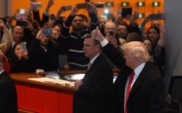 """Đến đại bản doanh tờ báo từng bị mình mắng là """"dối trá"""", Trump hết lời tán tụng Obama"""