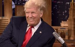 Bị vò đầu trên truyền hình, tóc ông Trump bung xù như điện giật