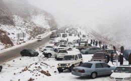 Kinh ngạc tuyết bất ngờ rơi ở vùng sa mạc Ả-rập