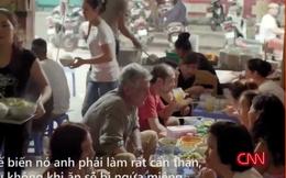 """Đầu bếp Mỹ """"không thể tin nổi"""" khi thưởng thức bún """"mắng"""" ở Hà Nội"""