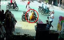 Người mẹ suýt mất mạng vì cho con xuống xe theo cách này!