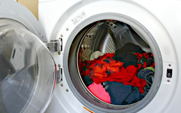 Vạch lớp cao su ra đi rồi bạn sẽ hiểu vì sao phải đổ chai nước này vào máy giặt