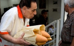 Bao cao su và bánh mì trở thành món hàng xa xỉ khi được bán với mức giá trên trời