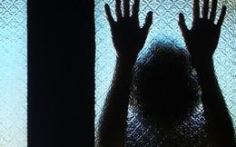 Người cha bàng hoàng phát hiện con gái bị xâm hại trong nhà vệ sinh