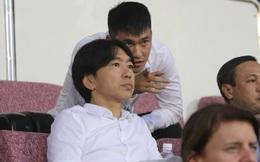 HLV Miura 'gây sốt' ngày trở lại sân Thống Nhất xem đội bóng Công Vinh 'thủy chiến'