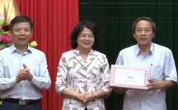 Phó Chủ tịch Nước thăm và trao quà cho người dân Quảng Bình