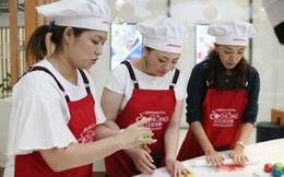 Phụ nữ Nhật Bản thích thú làm bánh Trung thu tại Việt Nam