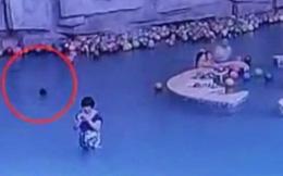 Mẹ dán mắt vào điện thoại, con trai 4 tuổi vùng vẫy chết đuối ngay sau lưng mà không hay!