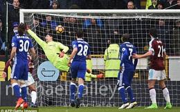 """Làm điều khó tin trước Chelsea, Burnley tạm thời """"cứu vớt"""" Premier League"""
