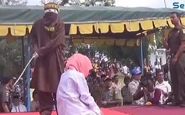 Bị buộc tội ngoại tình, người phụ nữ đau đớn chịu phạt trước mặt đám đông