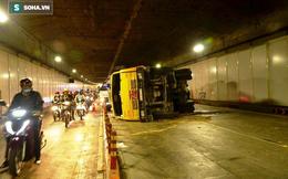 Hơn 3 giờ giải cứu xe tải chở đất lật trong hầm Thủ Thiêm