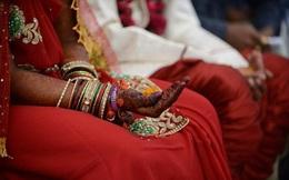 """Bộ trưởng Ấn Độ tự tay trao """"vũ khí"""" cho 700 cô dâu trong ngày cưới"""