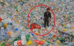 """Bị """"chôn sống"""" hơn 1 tiếng trong đống chai nhựa cao 5m, người đàn ông được phen thất kinh"""
