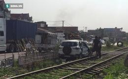 Quảng Ninh: Bị tàu hỏa tông, ô tô 4 chỗ bẹp dúm một bên