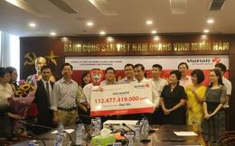 Khách hàng người Hà Nội đeo mặt nạ nhận giải Jackpot hơn 112 tỷ đồng của Vietlott