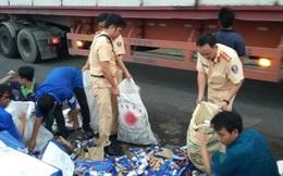 CSGT giúp chủ hàng thu gom trăm thùng bia sau sự cố giao thông