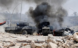 24h qua ảnh: Xe bọc thép quân đội Iraq đi qua vùng tử địa ở Mosul