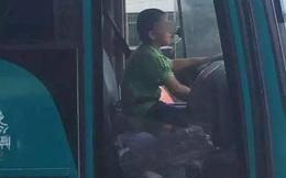 """Trộm xe buýt, đứa trẻ 9 tuổi lái xe """"chạy loạn"""" trên đường: Người chứng kiến rùng mình!"""