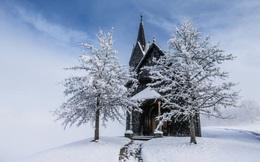 24h qua ảnh: Tuyết đầu mùa phủ trắng nhà thờ ở Áo