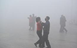 24h qua ảnh: Người dân Trung Quốc đeo khẩu trang khiêu vũ trong khói bụi