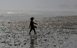 24h qua ảnh: Bé gái đi trên bãi biển đầy rác ở Pakistan