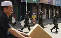 Tân Cương: Hàng nghìn nhân viên vũ trang tuần hành phô trương sức mạnh
