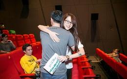 An Nguy bất ngờ ôm chặt fan nam trong rạp chiếu phim