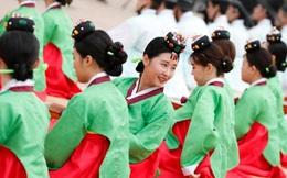 24h qua ảnh: Thiếu nữ Hàn Quốc xinh tươi trong lễ trưởng thành