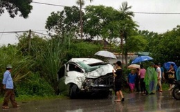 Trời mưa, mất tầm nhìn khiến 3 ô tô va chạm mạnh