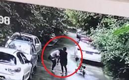 Clip: Cướp trẻ con giữa ban ngày, người phụ nữ bị đám đông vây đánh bất tỉnh